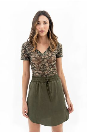 camiseta-verde-militar-decote-v-camuflada-close-frente