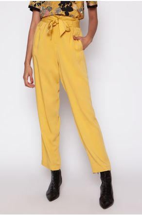 calca-clochard-com-cinto-liso-amarelo-close-frente